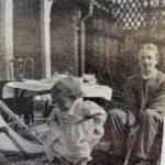 Edward Bach y su hija Evelyn (Bobbie) en el jardín de la casa.